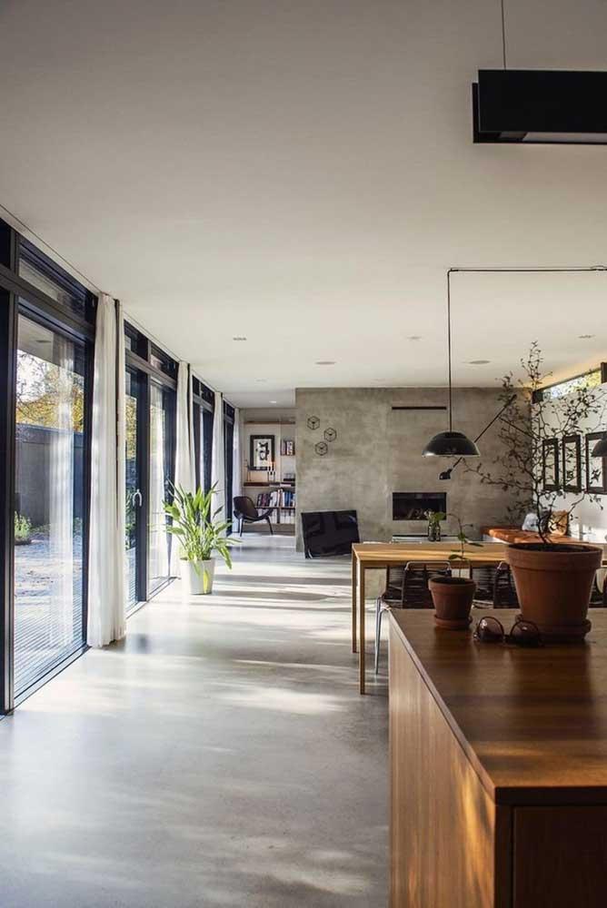 Use diferentes tons do cimento queimado para decorar a sua casa. Você pode usar um tom mais claro no piso e um tom mais escuro na parede.