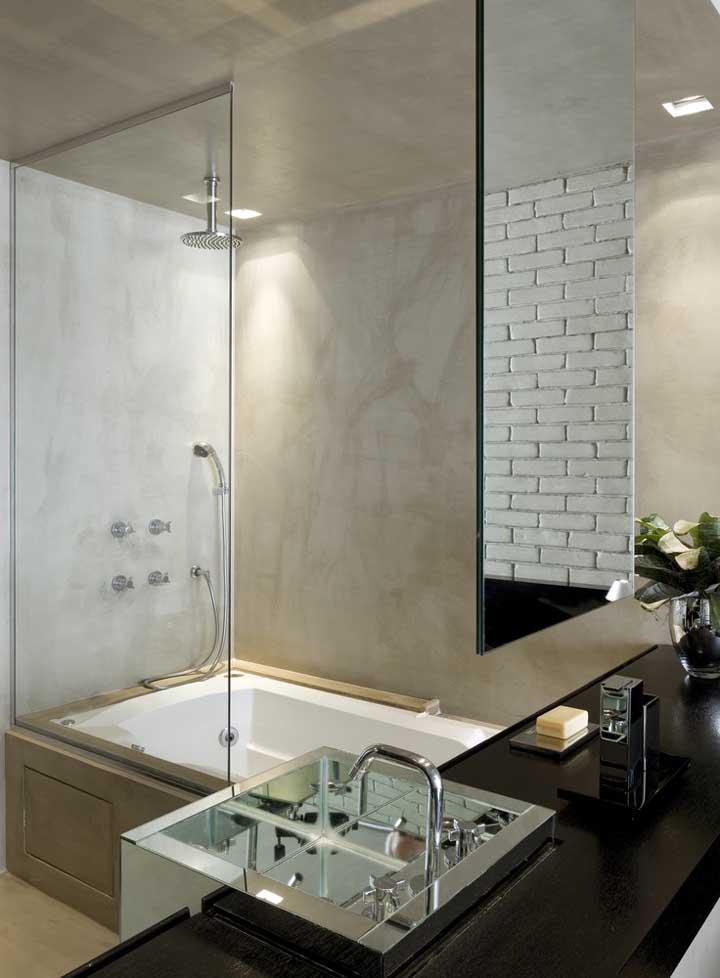 No banheiro faça combinações do cimento queimado com espelhos e box de vidro para deixar o cômodo mais sofisticado.
