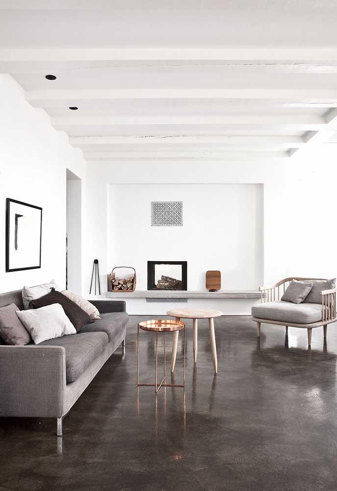 Você pode usar vários tons do cimento queimado, desde o mais claro até o mais escuro. Nesse caso foi usado o cimento queimado mais escuro para combinar com a cor branca do teto e das paredes.
