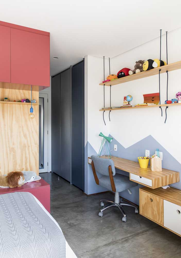 Olha como fica linda a combinação do piso de cimento queimado, móveis de madeira e parede branca.