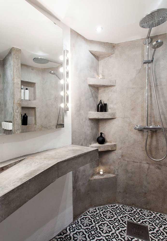 Olha o luxo que ficou esse banheiro. A escolha da iluminação foi perfeita para destacar o cimento queimado.