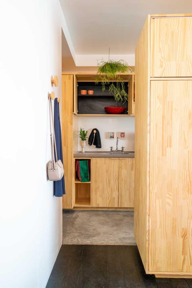Mais uma vez a combinação do cimento queimado com móveis de madeira para você ver como fica perfeito.