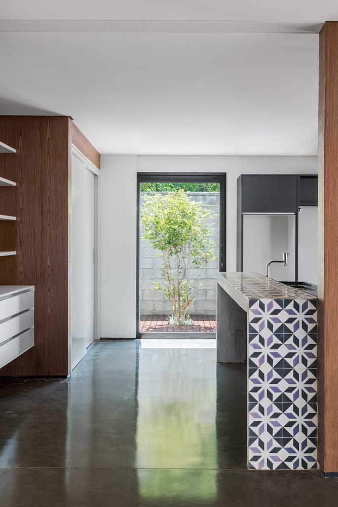 Outro cômodo muito bom para usar o cimento queimado é a cozinha, já que o material é bem neutro.