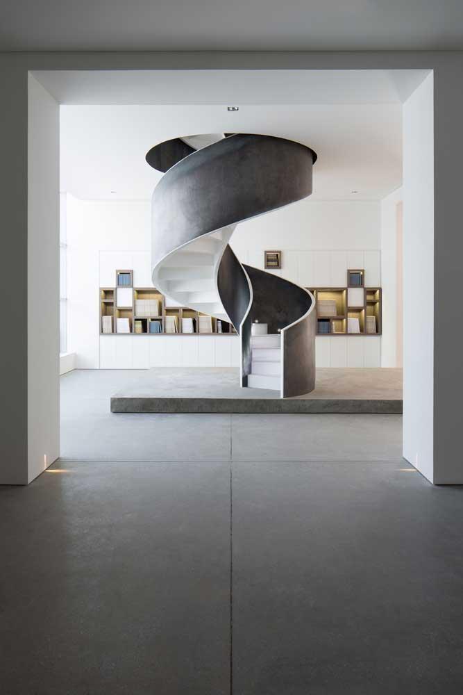 Olha que fantástico essa escada caracol toda feita com cimento queimado, até parece uma obra de arte bem no meio da casa.