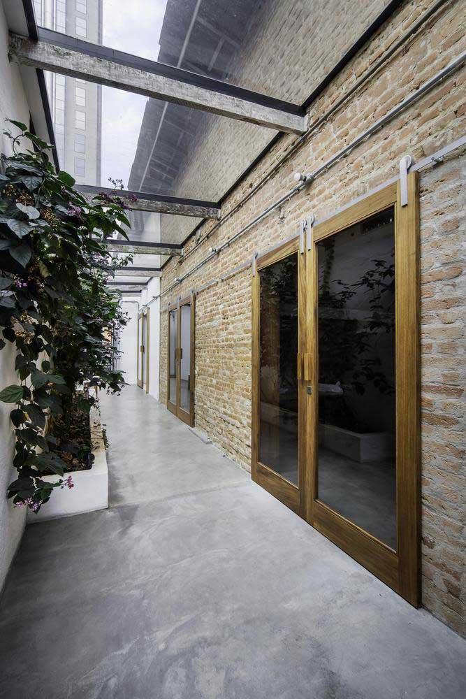 Já pensou em fazer uma combinação entre uma parede feita de tijolos com um piso revestido com cimento queimado? Olha o resultado!