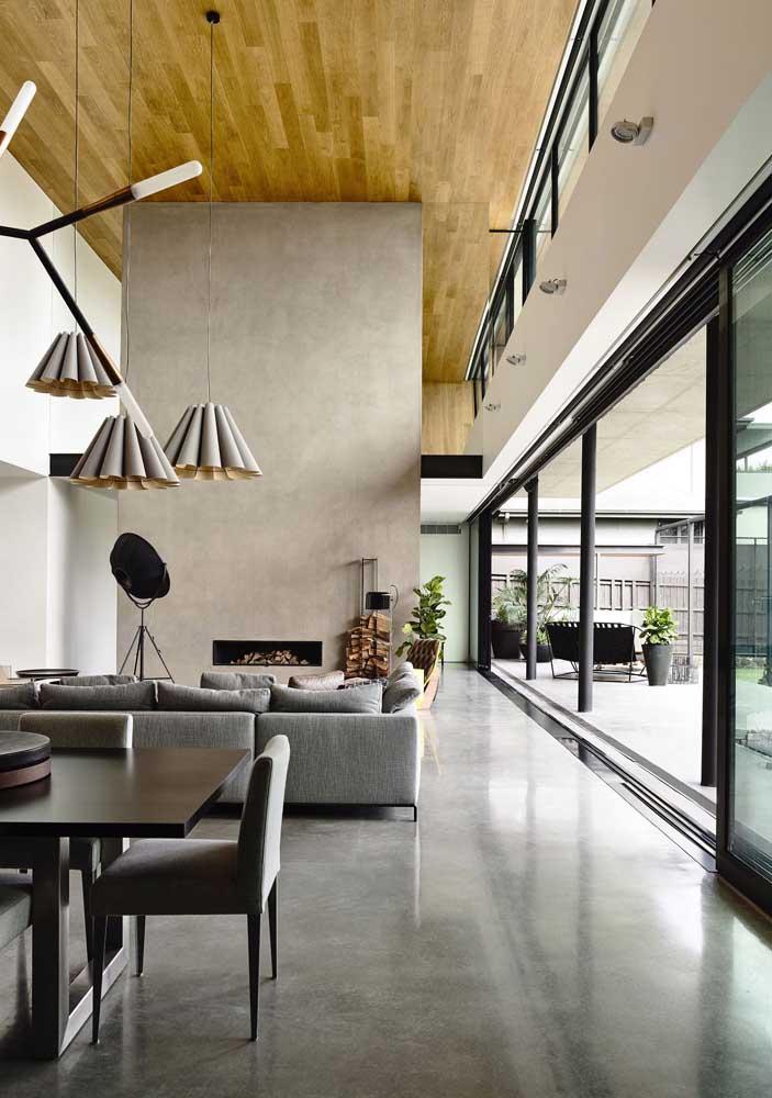 Faça um teto de madeira e o piso de madeira. Tem combinação melhor para deixar o ambiente mais moderno e sofisticado?