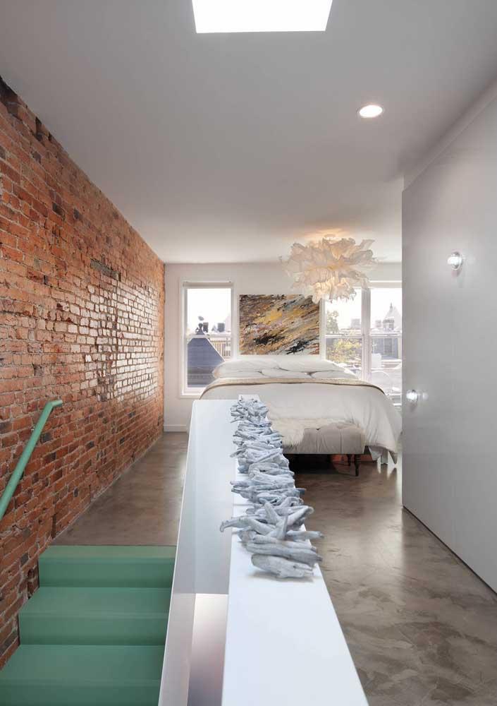 O resultado do contraste da parede feita de tijolos com o piso de cimento queimado é fantástico.
