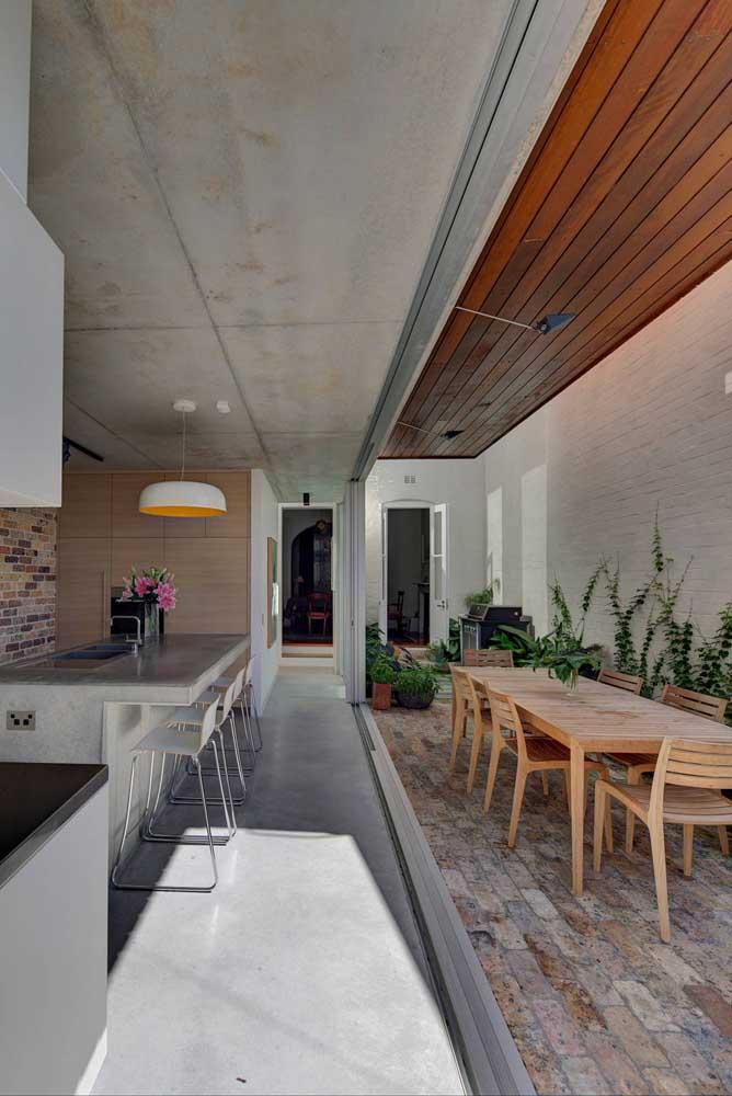 Que tal usar o cimento queimado no teto e no piso ao mesmo tempo? Só tome cuidado para usar tons diferentes.