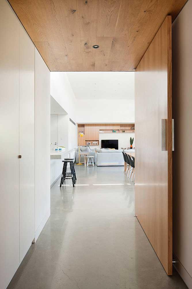 Nesse caso, o piso de cimento queimado está combinando com as portas e teto de madeira.