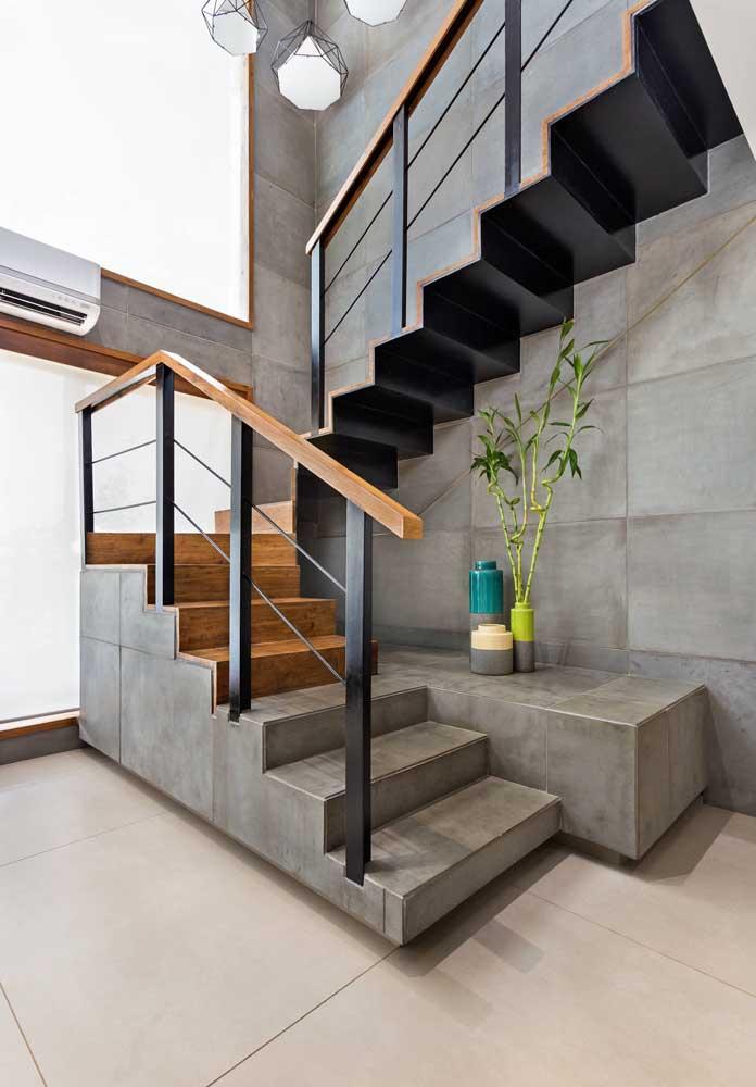 Olha que contraste perfeito e diferente. A escada dividida em pisos feitos com cimento queimado e madeira.