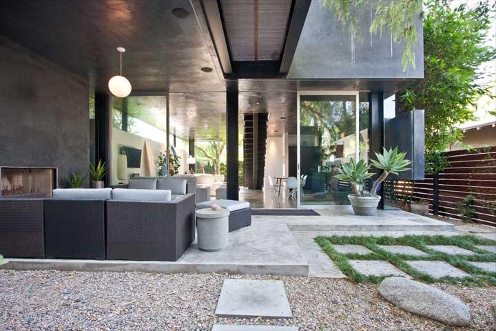 Mas o material pode ser uma ótima opção para fazer uma decoração na área externa da casa.