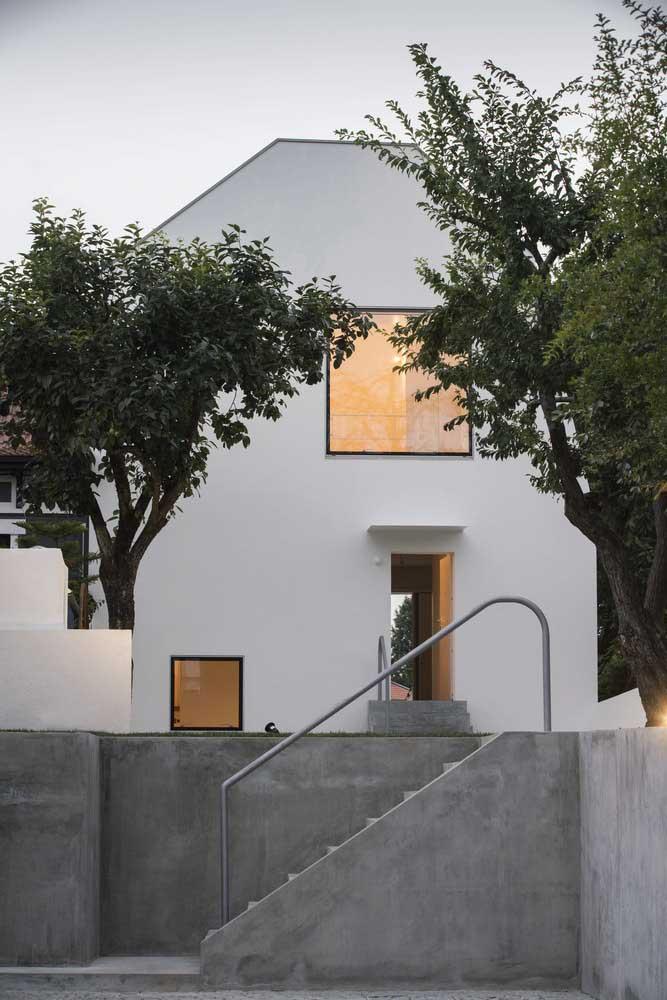 A parte externa da casa exige um revestimento mais resistente e o cimento queimado é perfeito para isso.