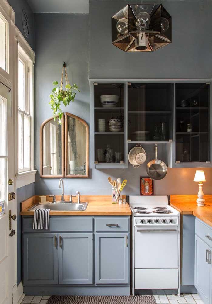De estilo retrô e marcenaria clássica, essa cozinha pequena planejada esbanja charme