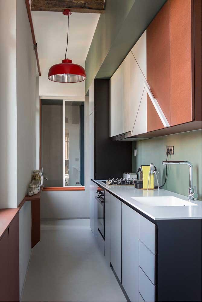 Cozinha planejada pequena simples com armários aéreos e bancadas com gavetas, forno e cooktop embutidos