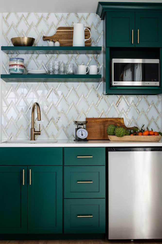 Clássica e com uma cor nada usual, essa cozinha pequena traz frigobar, armários e gavetas embutidos na bancada da pia