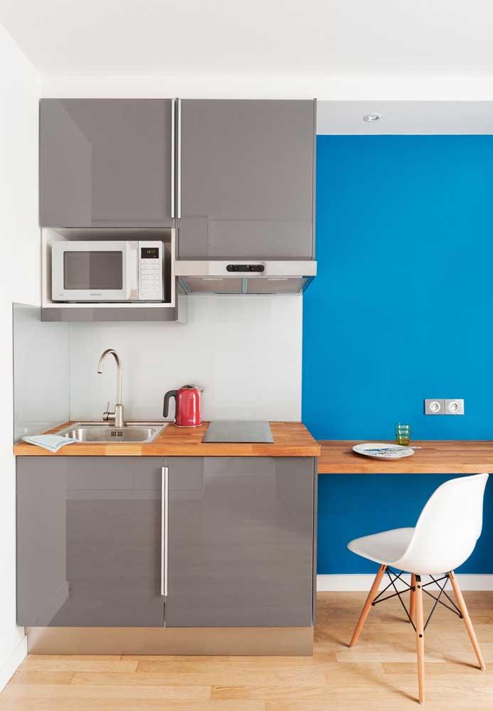 Nessa cozinha pequena planejada o contraste das cores predominou no design do ambiente