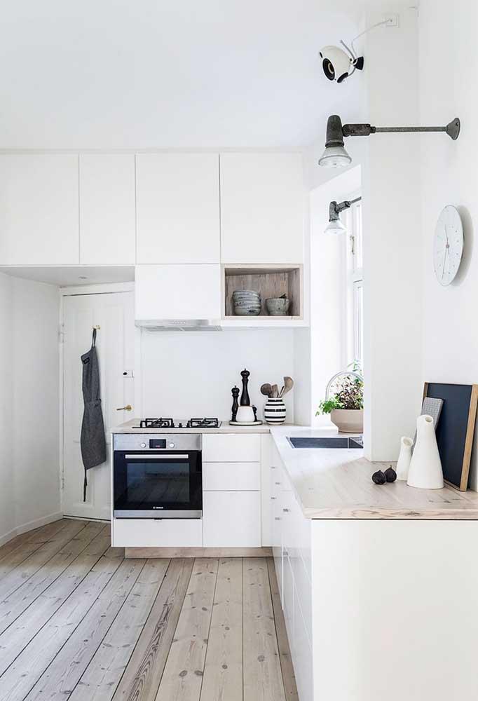 Cozinha planejada pequena de canto com janela: maior entrada de luz natural no ambiente