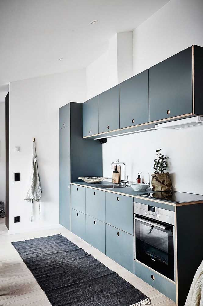 Os puxadores cavados no próprio armário deixam a cozinha planejada moderna e despojada