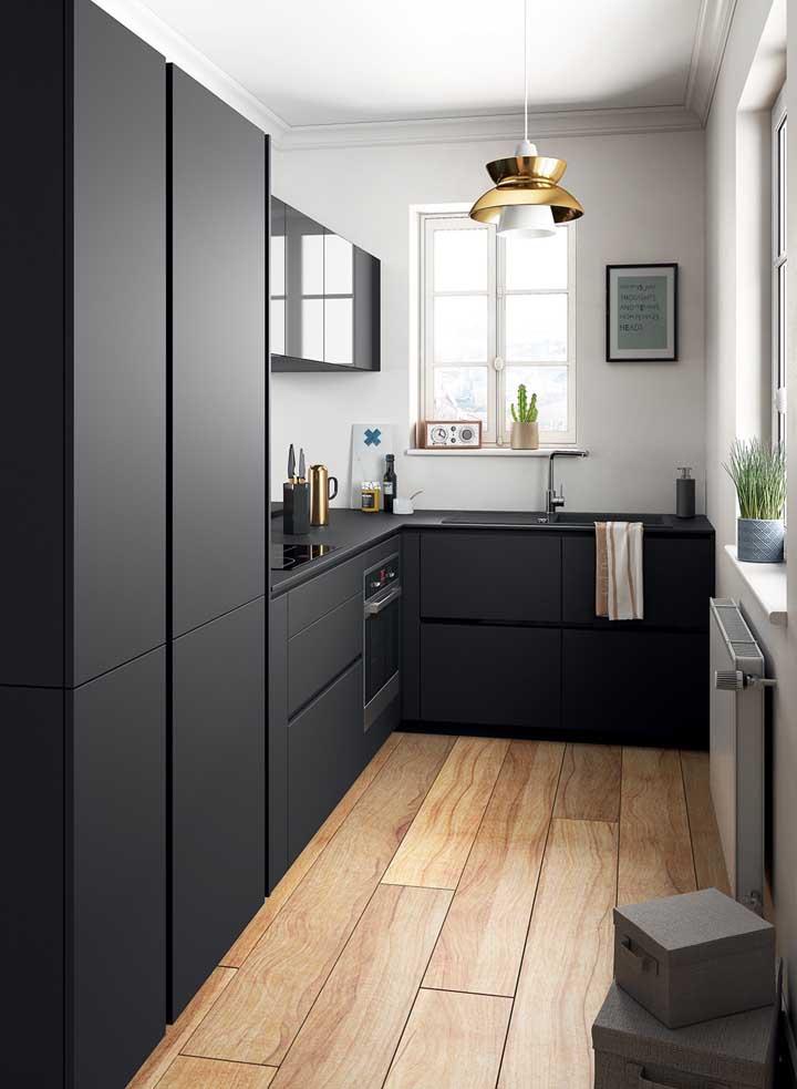 Cozinha planejada pequena para os fãs da cor preta; destaque para a bancada dobrável que facilita a circulação quando não está sendo utilizada