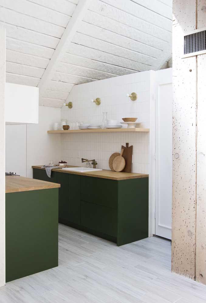Que tal uma cozinha verde escuro com bancada em madeira? Linda não?