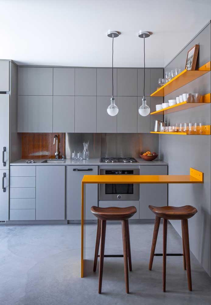 Contraste marcante de cores nessa cozinha pequena americana com balcão