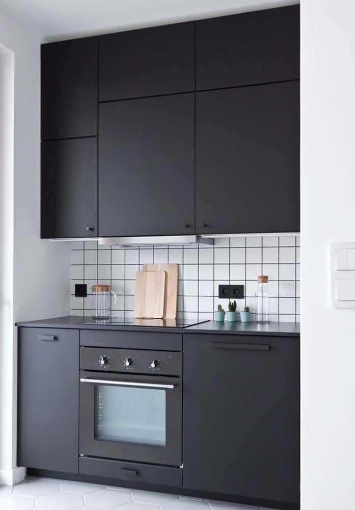 Repare como os eletrodomésticos embutidos ajudam na organização e estética das cozinhas planejadas pequenas
