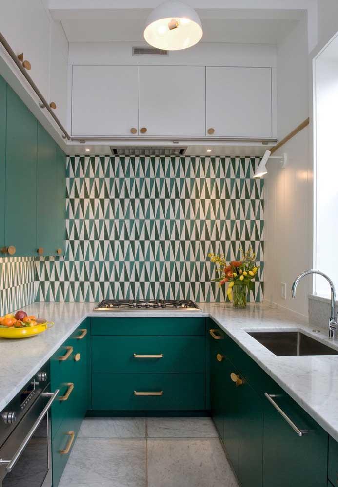 Cozinha planejada em U com bancada em mármore; contraste entre o estilo clean e o uso de cores marcantes