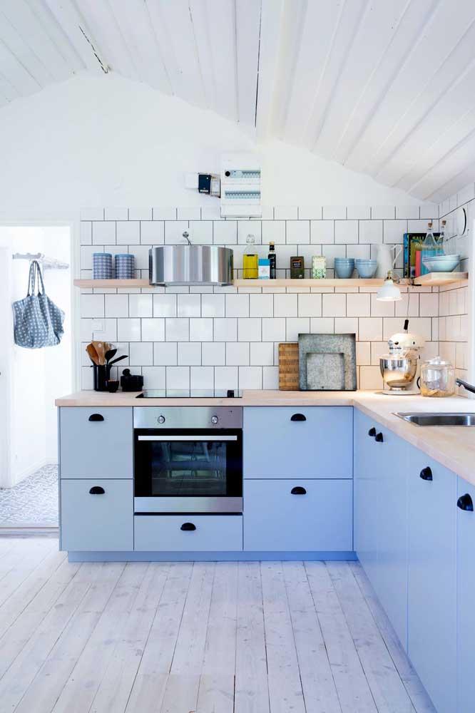 Simplicidade e beleza nessa cozinha pequena planejada com prateleiras