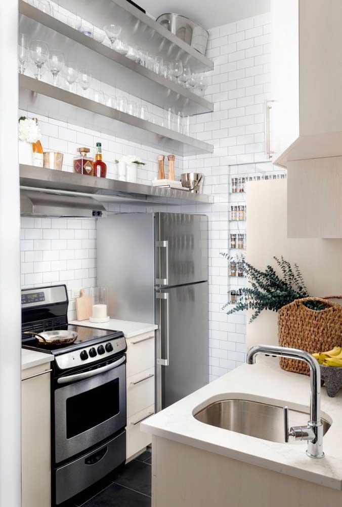 Conceito industrial dá o tom nessa cozinha de prateleiras em inox; para elas o céu é o limite