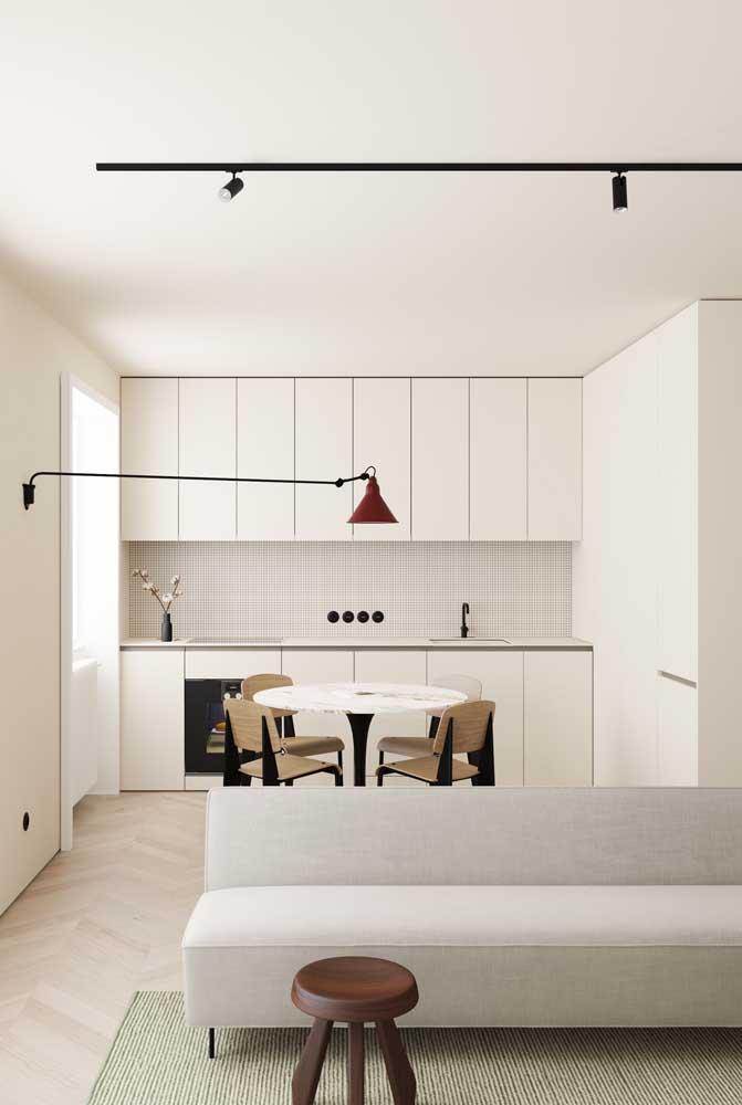 Quase não se nota a cozinha ao fundo, totalmente integrada a decoração clean