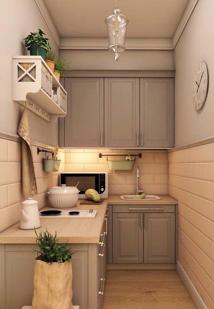 Cozinha planejada de canto com bancada e armários aéreos feitos em marcenaria clássica