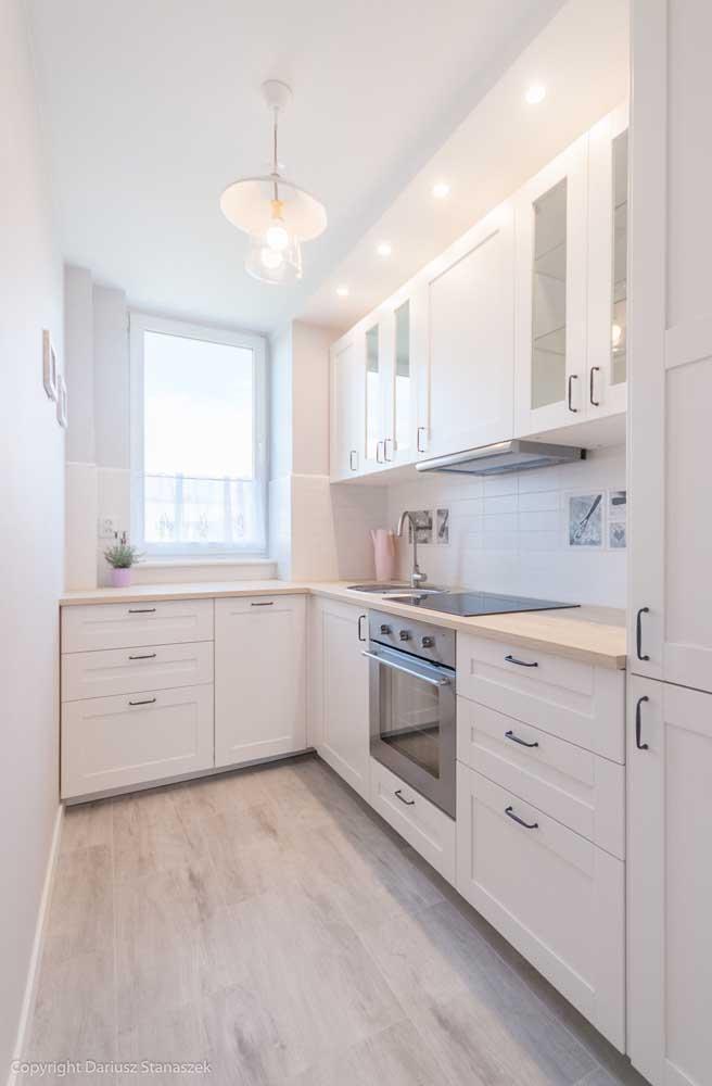Cozinha de canto com janela: a iluminação é prioridade por aqui