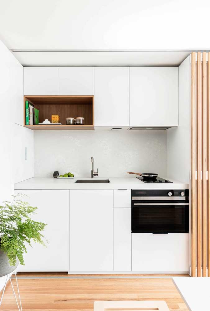 O fundamental em uma cozinha pequena planejada é conseguir organizar e ajustar tudo o que é necessário respeitando tamanho do ambiente