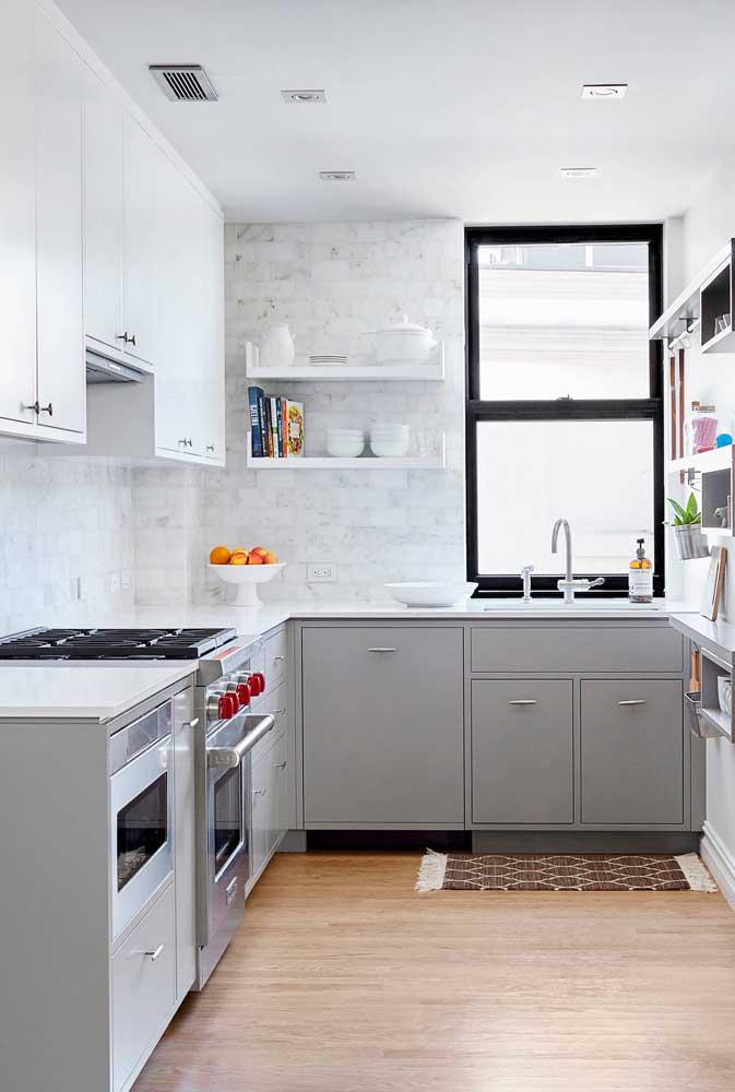 Nessa cozinha, a bancada da pia dá acesso à janela