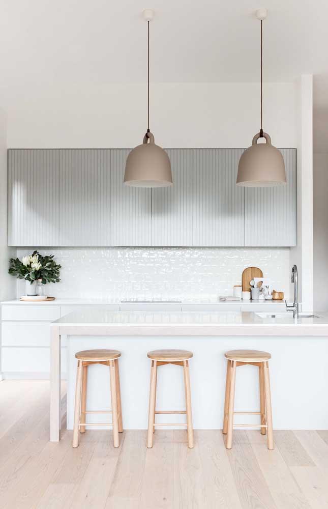 Cozinha americana planejada: as luminárias dão o toque final ao projeto