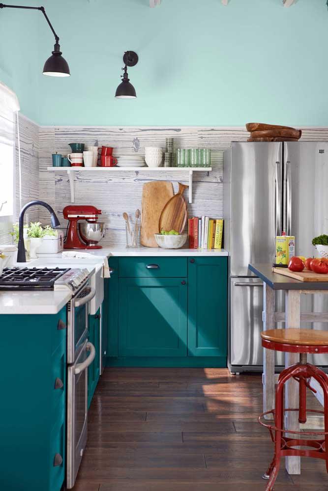 O design alegre e colorido dessa cozinha apostou no uso de prateleira ao invés de armários aéreos, deixando o ambiente mais leve e arejado