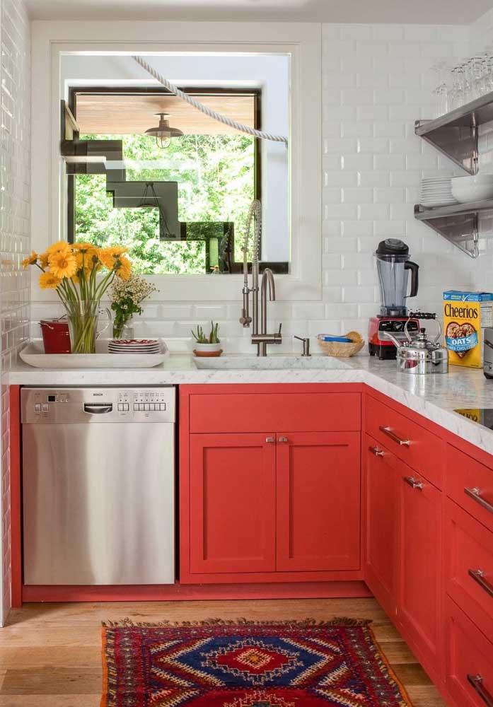 Cores quentes na decoração desta pequena cozinha planejada de canto