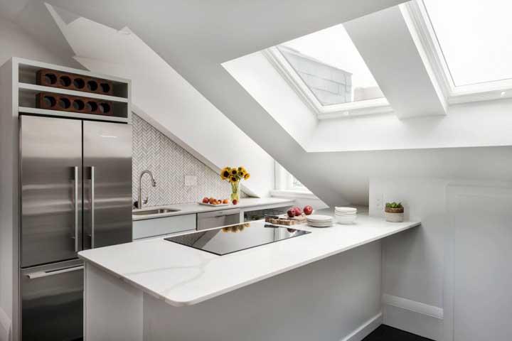 As claraboias enchem a cozinha planejada com luz natural