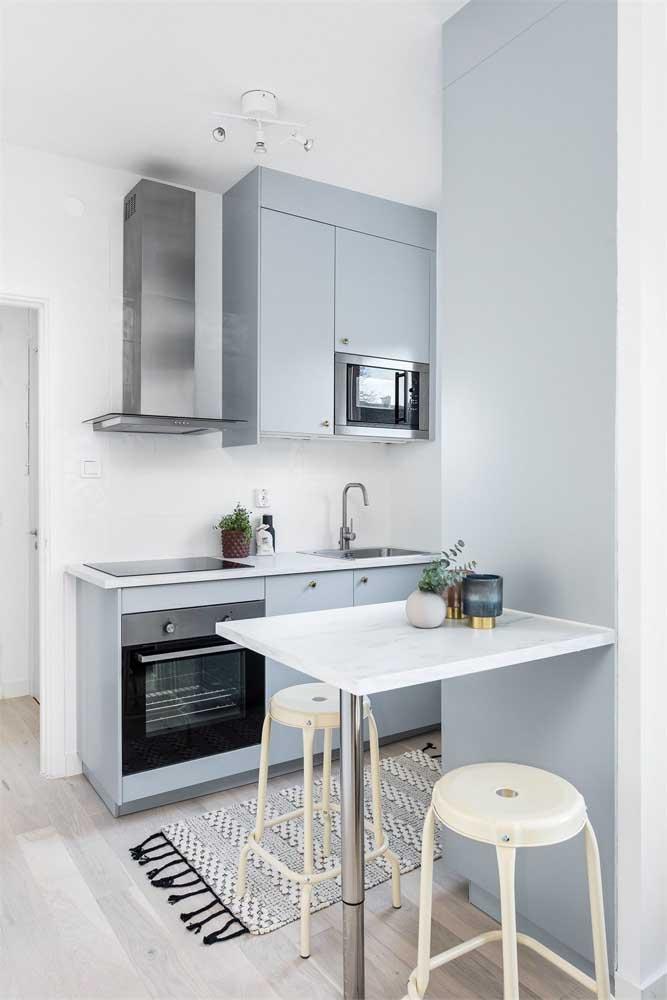 Pequeninha, essa cozinha americana conta com um balcão separado para as refeições