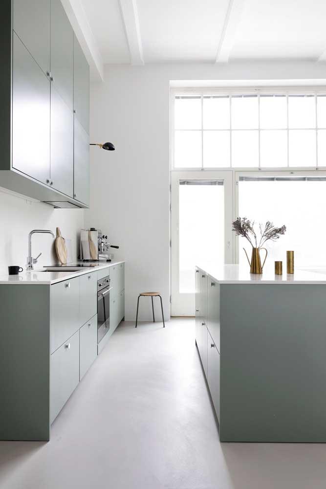 Circulação foi prioridade nessa cozinha com ilha no estilo clean