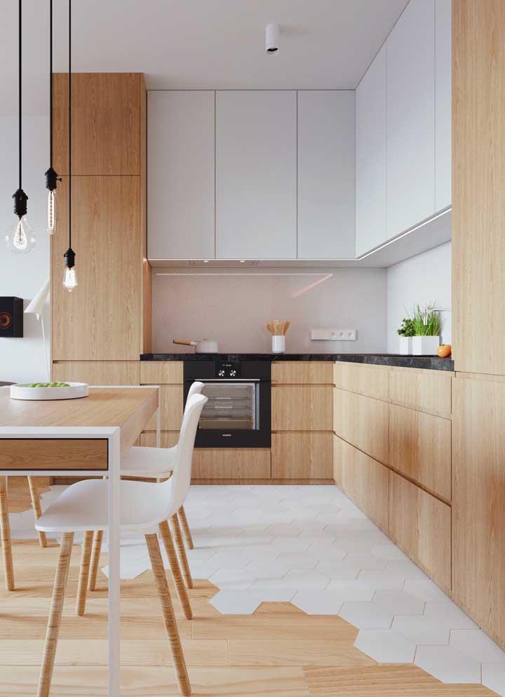 O modelo em L dessa cozinha planejada em madeira otimiza o espaço e libera área livre para circulação