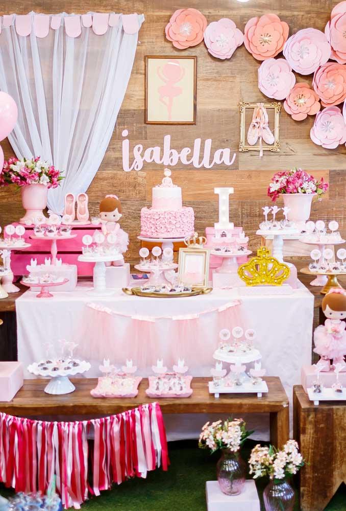 Na hora de montar a mesa principal do aniversário com o tema bailarina, use as cores branca e rosa em todos os elementos decorativos.