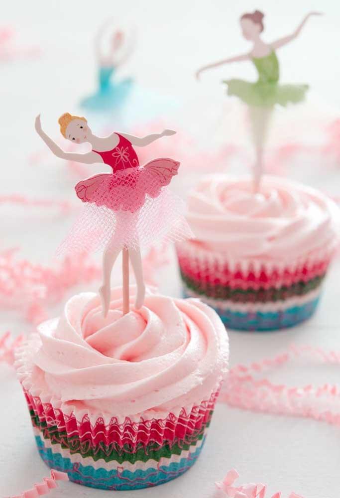 No topo do cupcake coloque uma bailarina. Para isso, faça uma bailarina com papel ou EVA, fixe em um palito e coloque no cupcake.