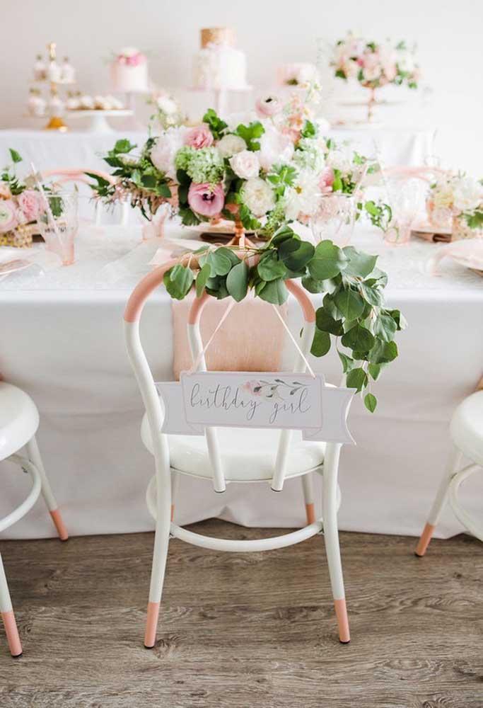 O que acha de reservar uma cadeira para a aniversariante? Para isso, coloque uma placa de identificação.
