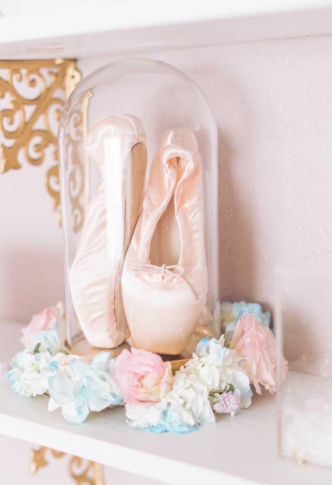 Use e abuse de sapatilhas para fazer uma decoração com o tema bailarina. Uma boa opção é colocá-las dentro uma embalagem de vidro para mostrar como o objeto é precioso.