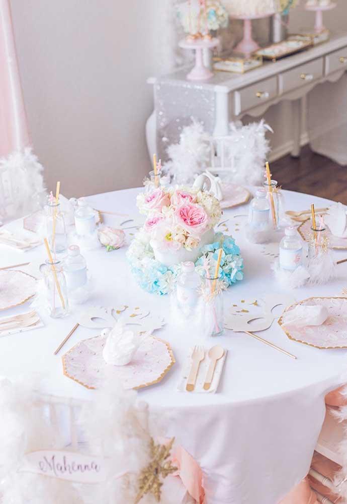 Faça uma bela decoração em cada mesa dos convidados. Use máscaras de bailarina e um lindo arranjo de flores.
