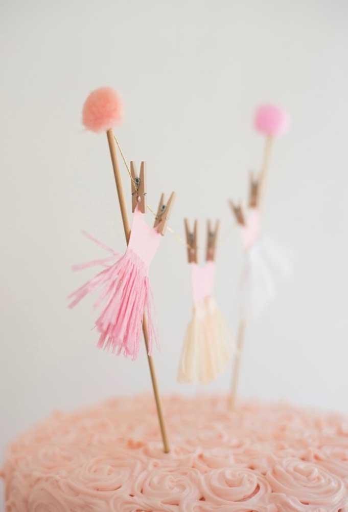 Use a criatividade para fazer uma decoração simples no bolo, mas que lembre o tema da festa.