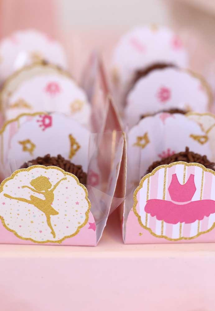 As caixinhas para colocar os doces você encontra em qualquer loja de festas, basta escolher aquelas que são personalizadas de acordo com o tema.