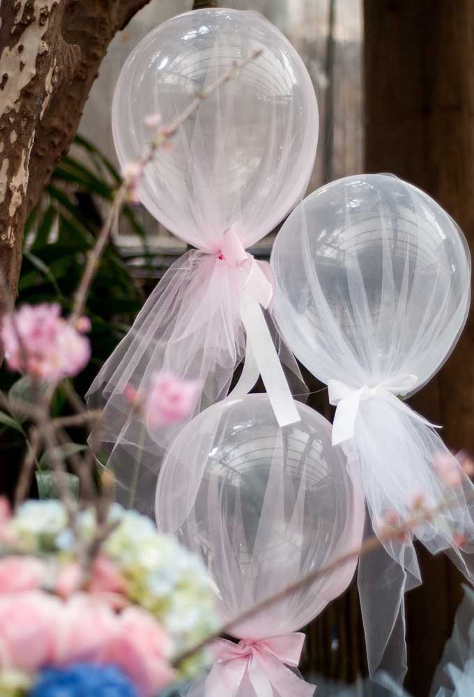 Olha que ideia incrível. Envolver o balão em um tecido fino para parecer uma bailarina.