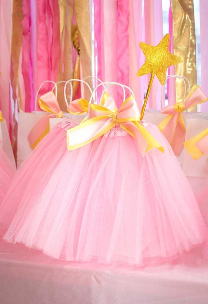 É claro que a saia da bailarina não pode faltar na hora de fazer a decoração da festa com esse tema.